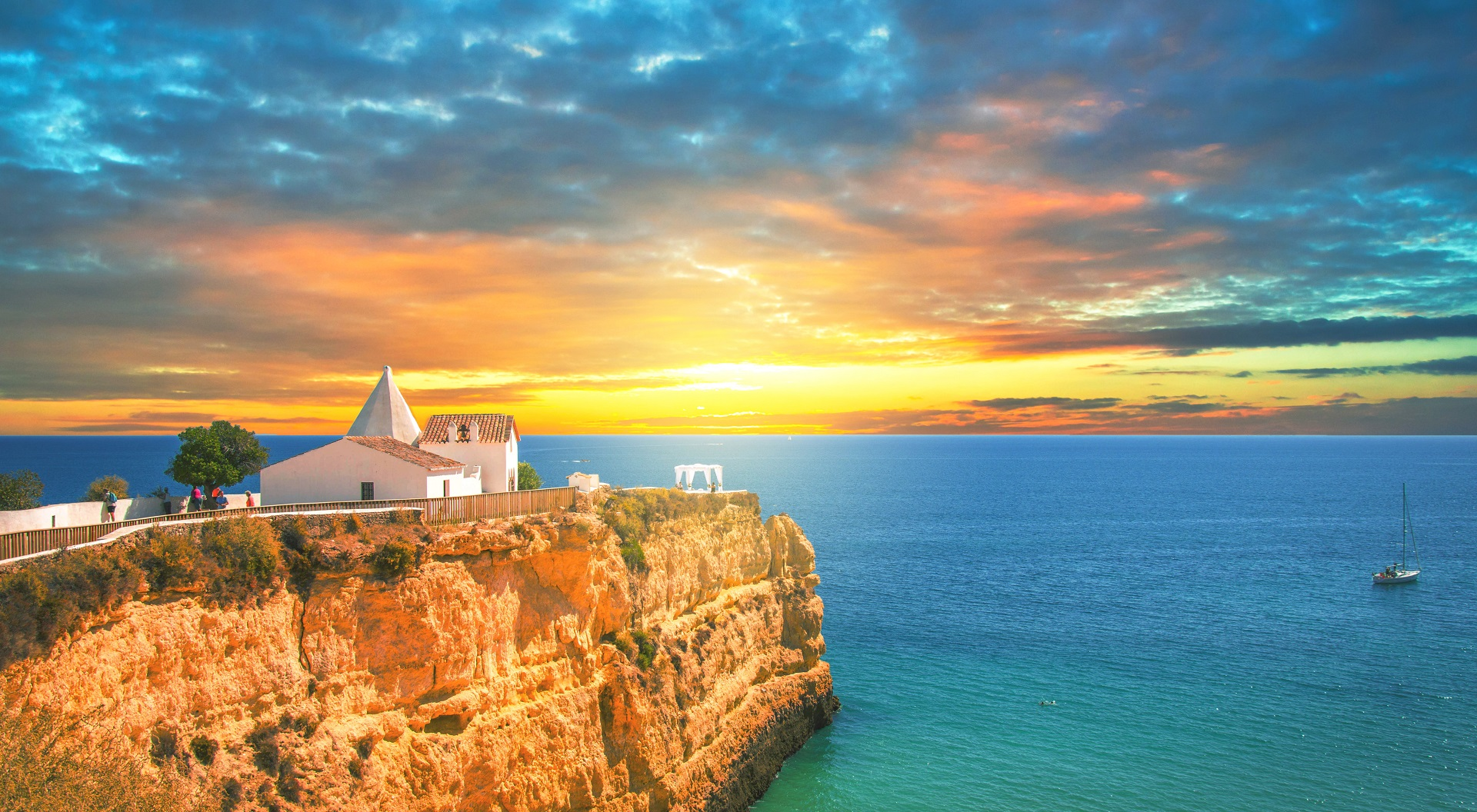 What is happening in the Algarve regarding Covid-19